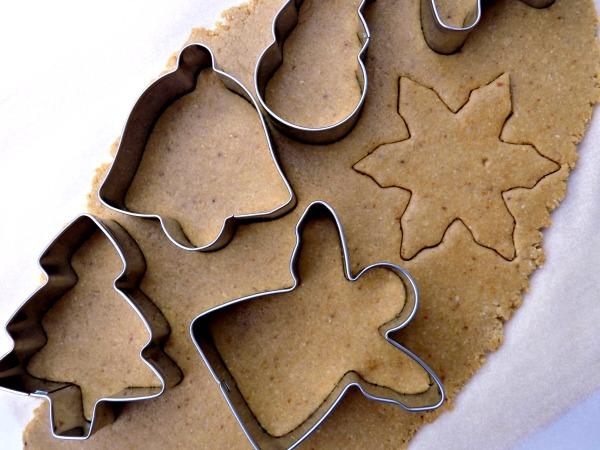 cortando-las-galletas-de-navidad-sin-huevo
